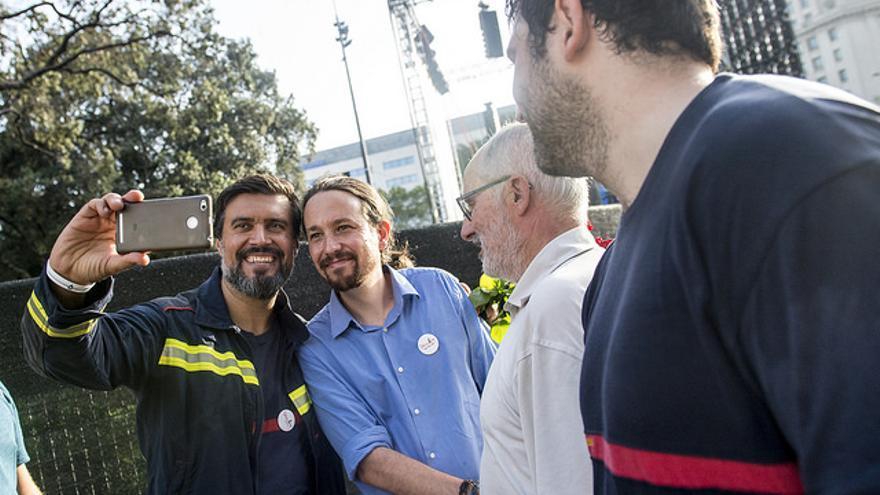 Pablo Iglesias se fotografía con asistentes a la manifestación contra el terrorismo del sábado.
