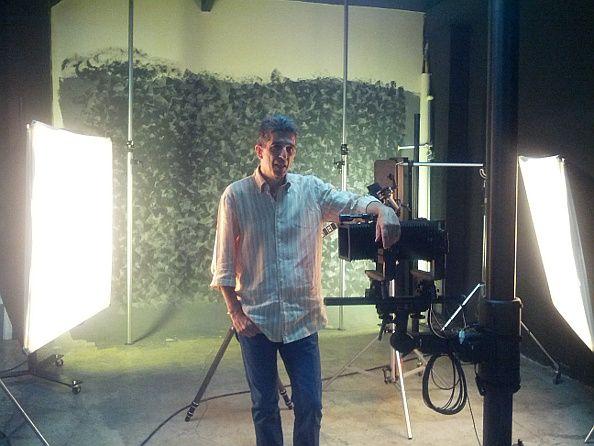 Miguel Saavedra, en su estudio fotográfico  | Foto: Somos Malasaña