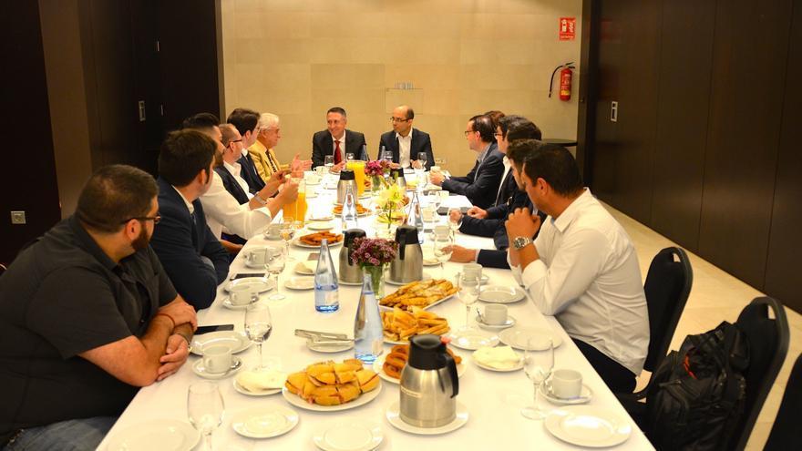 Fernando Berge compartió un desayuno con los jóvenes empresarios.