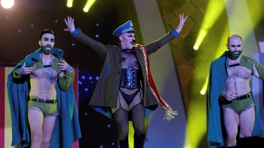 Drag Boy Devil y High Heels Performance, con su fantasía 'Arde España'. (EFE/Angel Medina G).