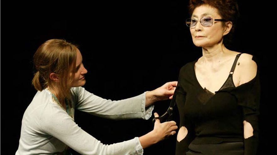 La performance 'Cut Piece' de Yoko Ono en 2003, Teatro Renelagh. // ©Yoko Ono courtesy MCA