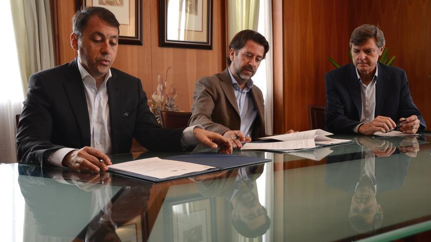 José Manuel Bermúdez y Carlos Alonso, en la firma del acuerdo, este lunes en el Cabildo