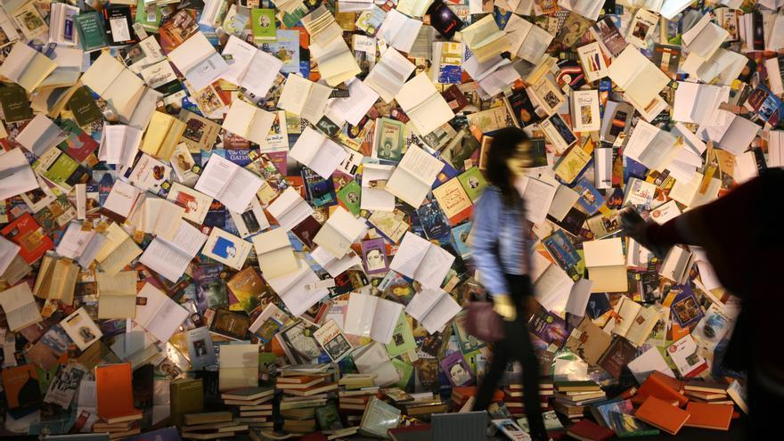 Mural cubierto de libros. EFE/ Gailan Haji/Archivo