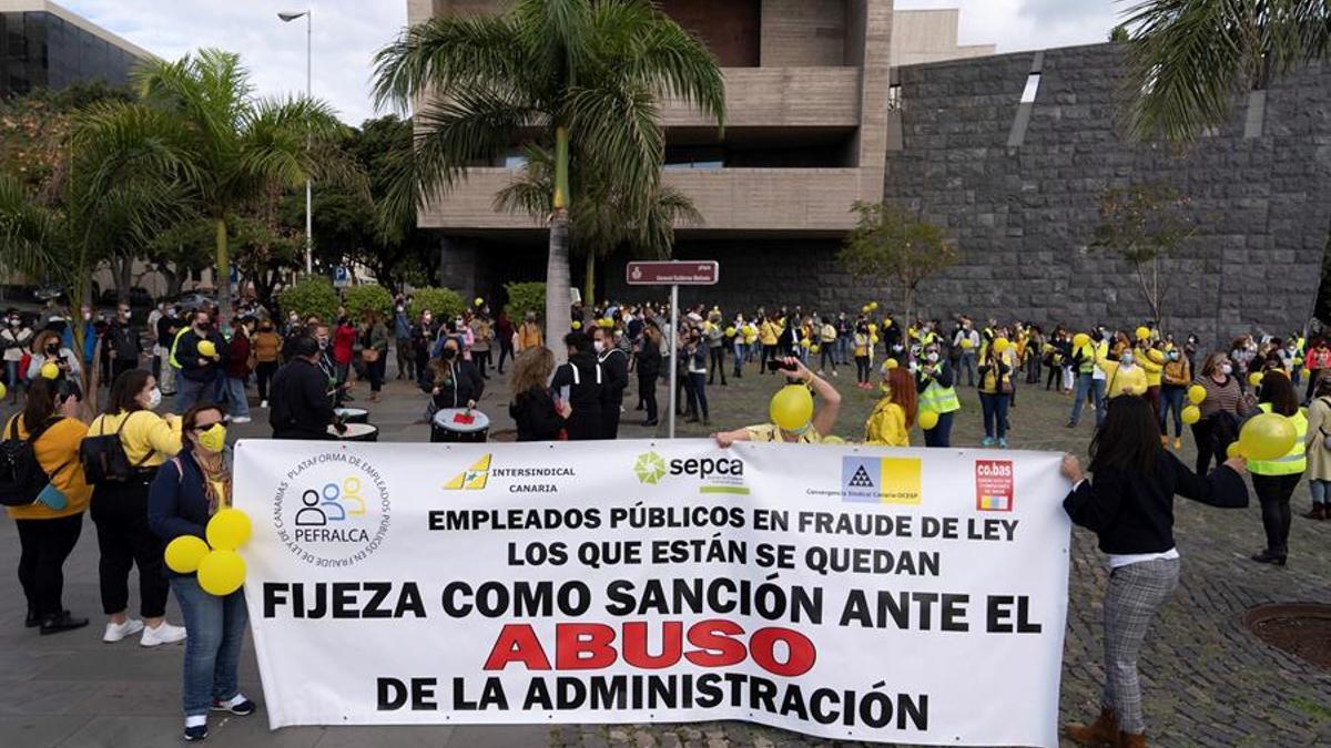 Protesta de los empleados públicos temporales e interinos frente a Presidencia del Gobierno de Canarias, este lunes, 11 de enero