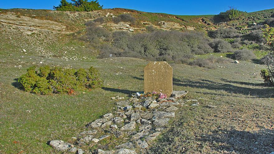 Una lápida, colocada entre 1961 y 1962, señala la zona en la que está ubicada la sima de El Raso / Foto: cedida.