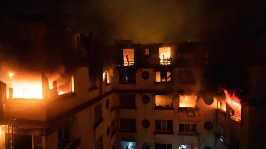 Se elevan a 9 los muertos en un incendio en París que parece intencionado