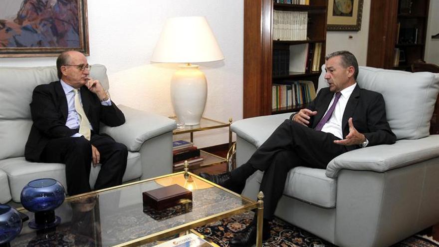 El presidente del Gobierno de Canarias, Paulino Rivero, y el presidente de Repsol, Antonio Brufau, durante la reunión que han mantenido este lunes en la Casa de Canarias en Madrid. Efe.
