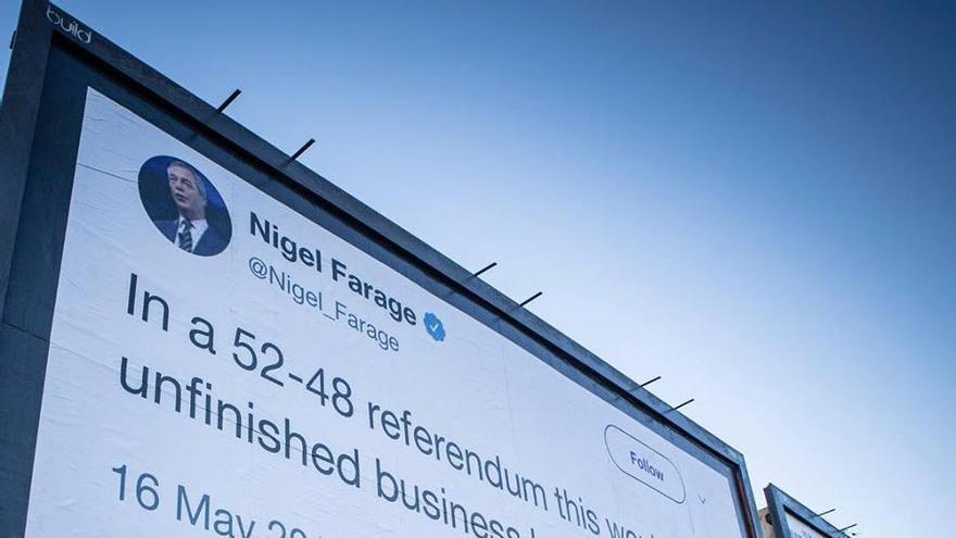 """Uno de los carteles de Led By Donkeys reproduce una frase del exlíder de UKIP Nigel Farage de 2016: """"En un referéndum 52-48 en votación, este asunto quedaría pendiente por mucho tiempo""""."""