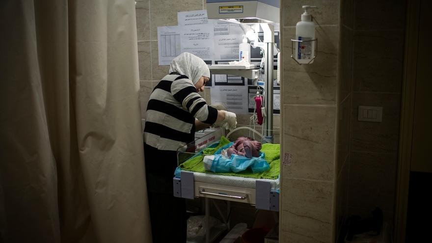 Una enfermera examina a un bebé en la maternidad de MSF en Shatila. El registro de los recién nacidos es muy complicado para los refugiados sirios en Líbano. En la mayor parte de los casos carecen de documentos porque huyeron precipitadamente y bien los olvidaron o fueron destruidos junto con sus casas. Sin el registro de matrimonio de los padres, el niño no puede ser inscrito. El proceso es complicado, se requieren varias visitas a la administración libanesa y dinero para pagar las tasas. Fotografía: Diego Ibarra Sánchez