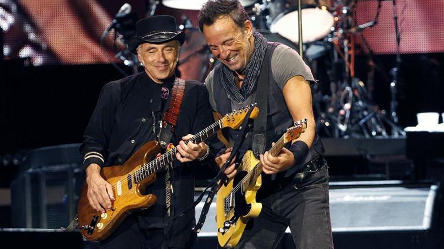 Largas colas para ver a Springsteen en el Camp Nou de Barcelona