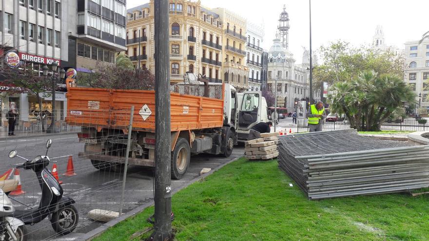 Los operarios instalan el vallado previo al inicio de las obras