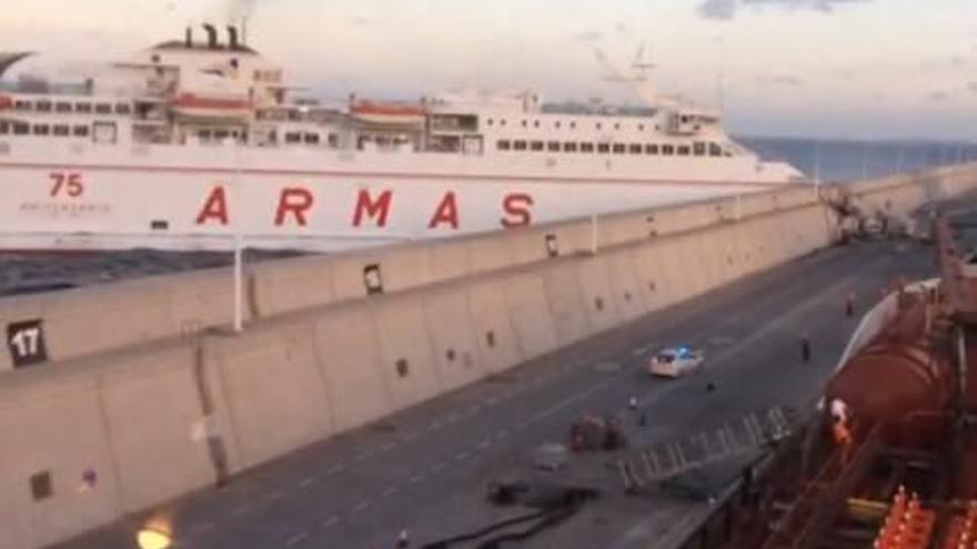 Un ferry de Naviera Armas choca contra un muro en el muelle de La Esfinge (cedida a Canarias Ahora).