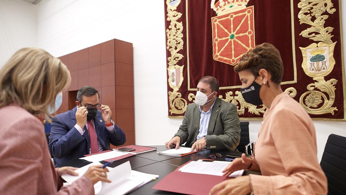 La presidenta de Navarra, Maria Chivite (derecha) en una reunión con el presidente del Parlamento foral, Unai Huande (centro) y el vicepresidente del Ejecutivo foral Javier Remírez (izquierda)