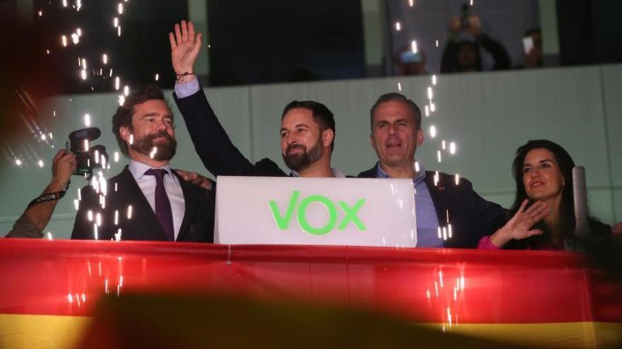 El presidente de Vox, Santiago Abascal (2i), el portavoz en el Congreso de Vox, Iván Espinosa de los Monteros (i), la portavoz de Vox en la Asamblea de Madrid, Rocío Monasterio (2d), y el secretario general de Vox, Javier Ortega Smith (d), saludan a sus simpatizantes en el exterior de la sede del partido en Madrid durante el seguimiento de la noche electoral. EFE/Javier Lizón