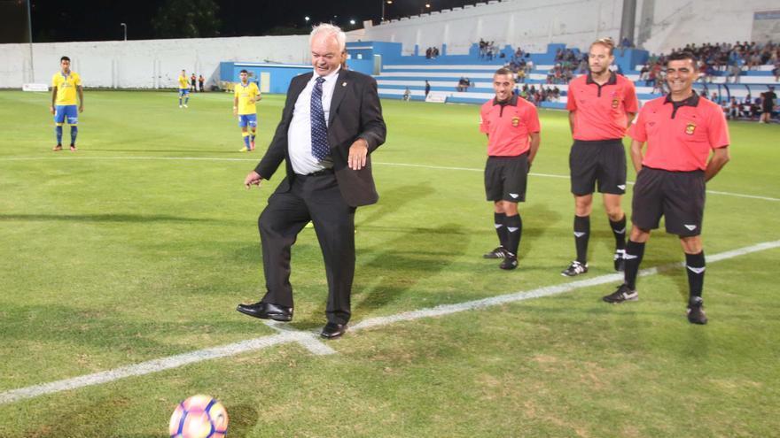 El futbolista internacional con la selección española y uno de los jugadores más importantes de la historia del fútbol canario, Felipe Martín, antes del comienzo del encuentro-homenaje entre la UD Las Palmas y la UD Orotava.