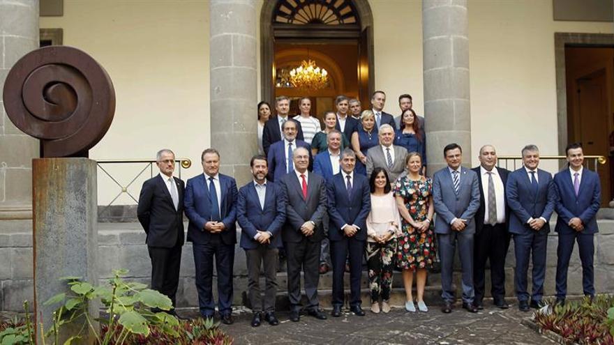 Asistentes a la reunión del grupo de trabajo de la CALRE 'Movimientos Mixtos de Población y Derechos Humanos' que se celebra en Tenerife.