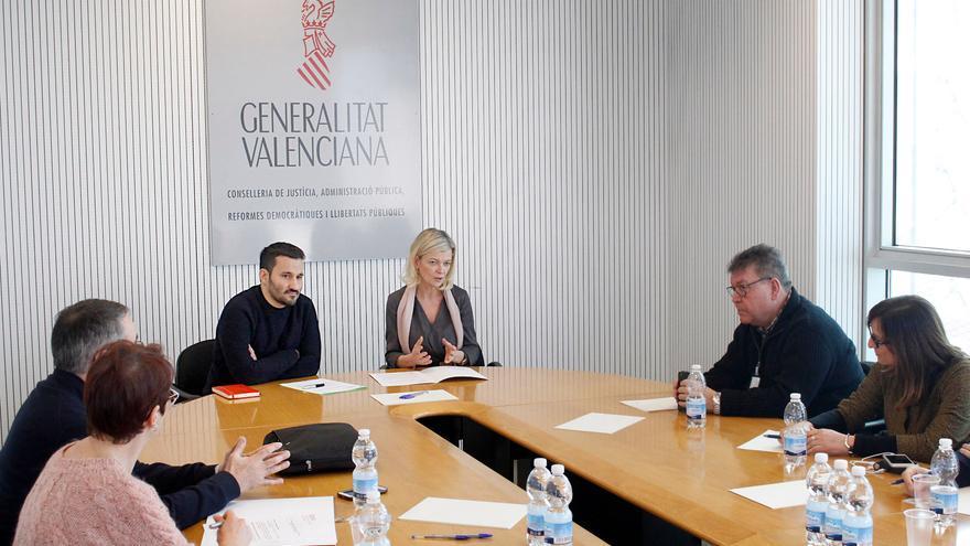 Los consellers de Justicia, Gabriela Bravo, y Educación, Vicent Marzà, en una reunión con representantes sindicales.