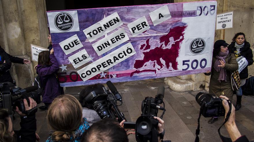 Coordinadora de ONGD de Valencia pide ante el TSJCV la devolución de fondos de cooperación en una concentración en enero de 2014/ Rafa Sánchis