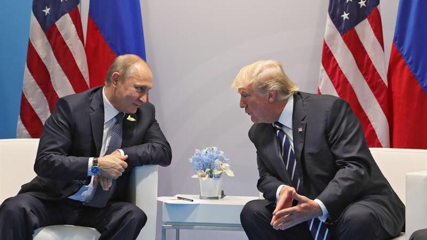 El presidente ruso, Vladímir Putin, conversa con el presidente estadounidense, Donald J. Trump