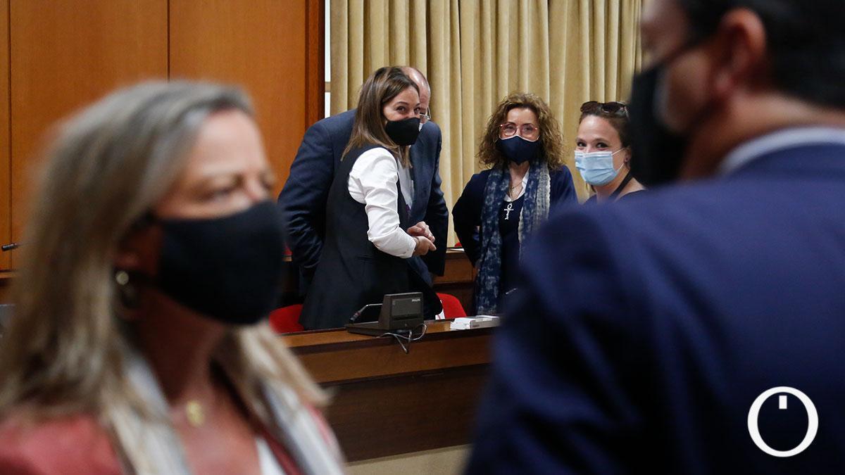 Albás (Cs) y Bellido (PP) hablan antes del Pleno del Ayuntamiento de Córdoba ante la bancada del PSOE.