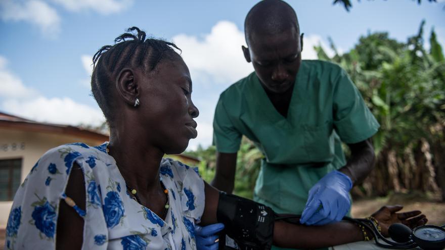El enfermero de Médicos Sin Fronteras Alex Mambu toma la presión de la sangre de Isatu Fornah's. Kumrabai (Sierra Leone) 3/11/2015. / MSF