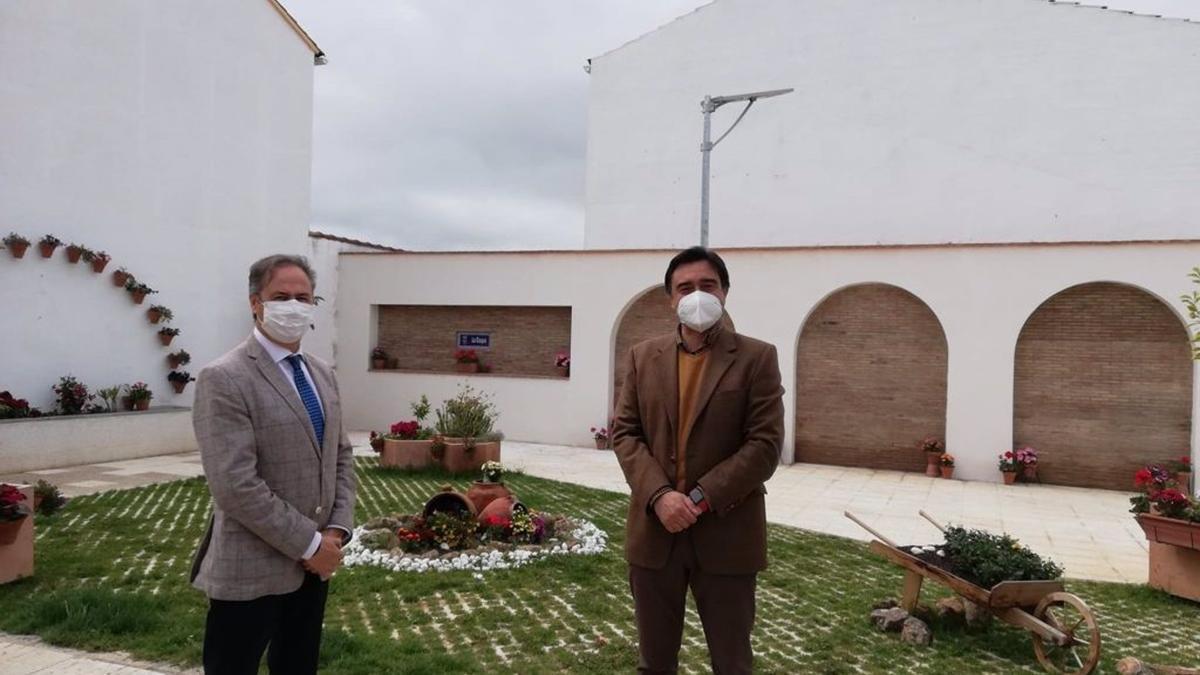 El delegado territorial de Turismo en Córdoba, Ángel Pimentel (izda.), en su visita a Los Blázquez.