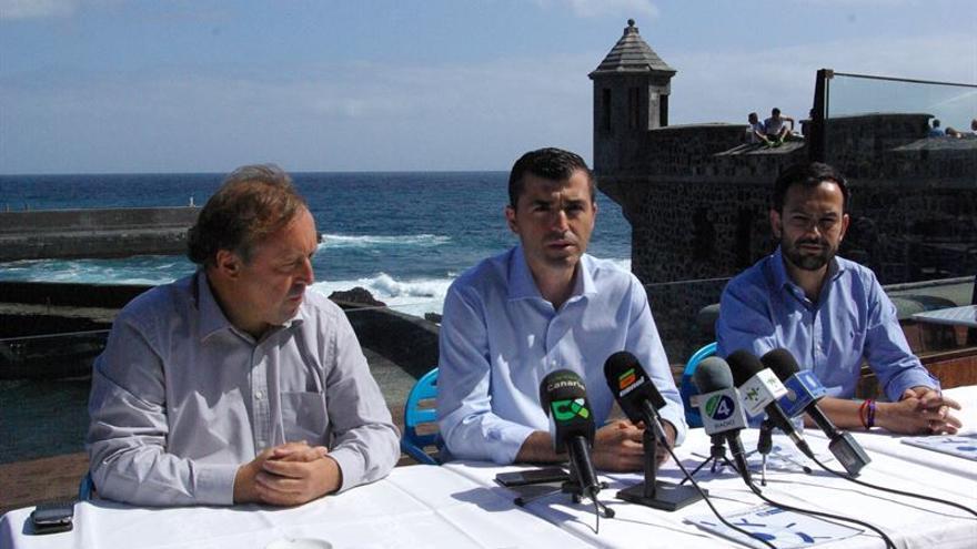 El candidato popular al Cabildo, con miembros de la plancha a Puerto de la Cruz.