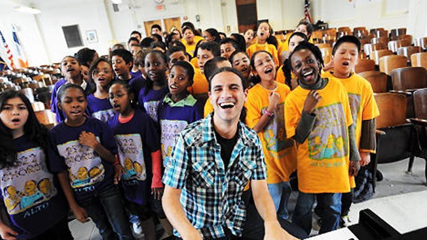 Breingberg con su coro del PS22 de Staten Island (NY) (Fotografía de www.disruptorawards.com)