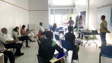 En la imagen, una de sesiones formativas en materia de bioseguridad destinada al personal que trabaja en la playa de Los Cancajos.