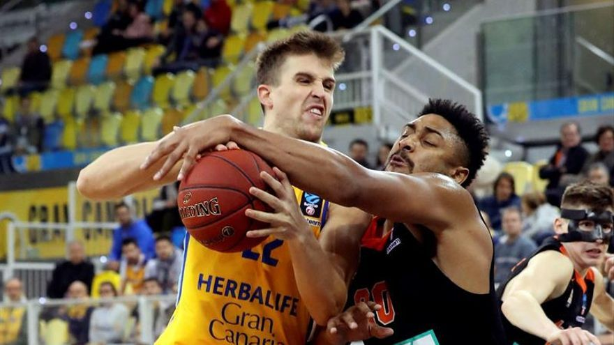El alero del Herbalife Gran Canaria, Xavi Rabaseda (i), pelea por el balón ante el jugador estadounidense del Ratiopham ULL, Jerrelle Benimon