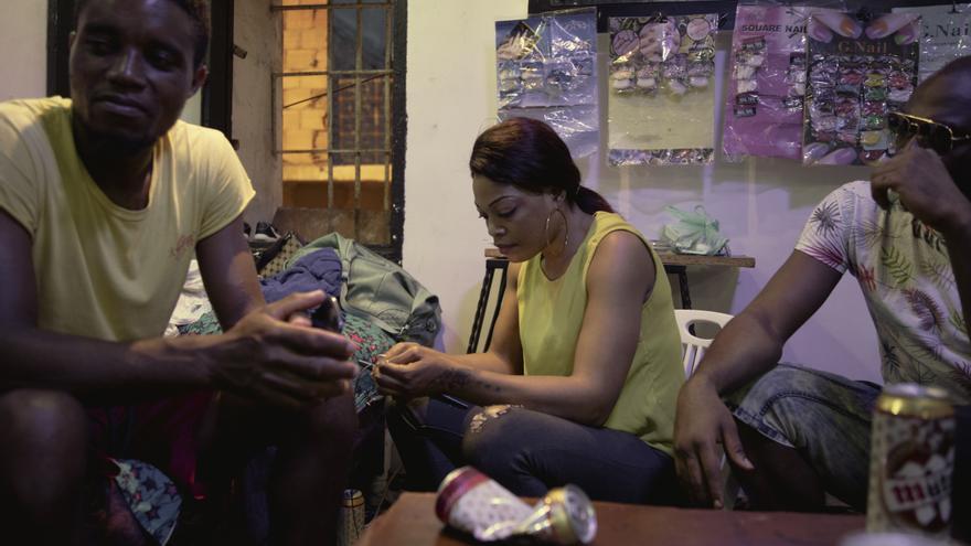 En esta peluquería underground de Orán trabajan y se reúnen personas de África Occidental