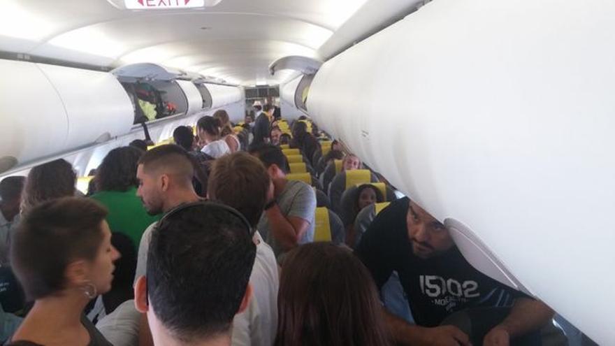 Viajeros se oponen a un vuelo de deportación de Vueling. Foto: @ANNAPALOU
