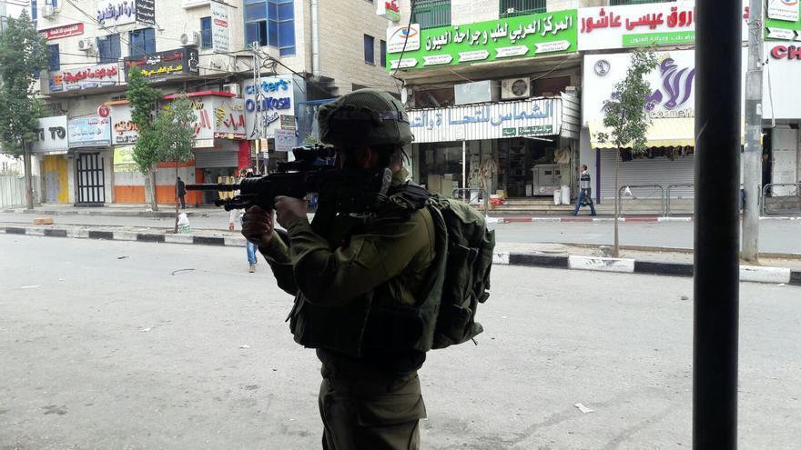 Soldado del ejército israelí durante la manifestación palestina en Hebrón