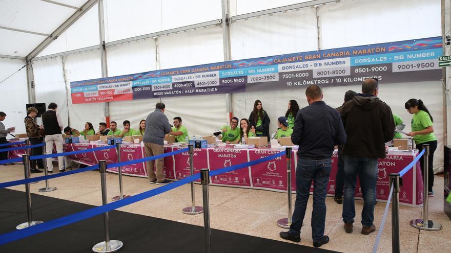 Recogida de dorsales en Expodeporte, ubicada en el centro comercial La Arenas. (Alejandro Ramos)