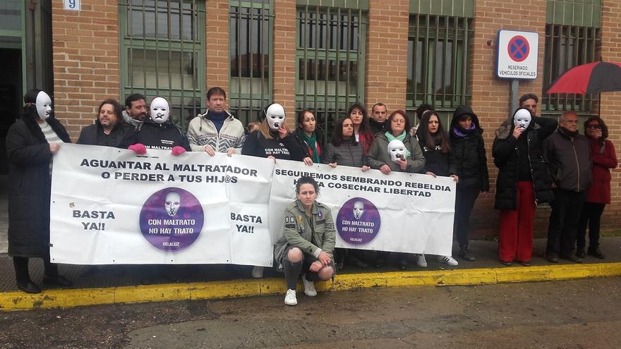 Susana Guerrero, arropada por varios colectivos a las puertas de los juzgados de Talavera de la Reina