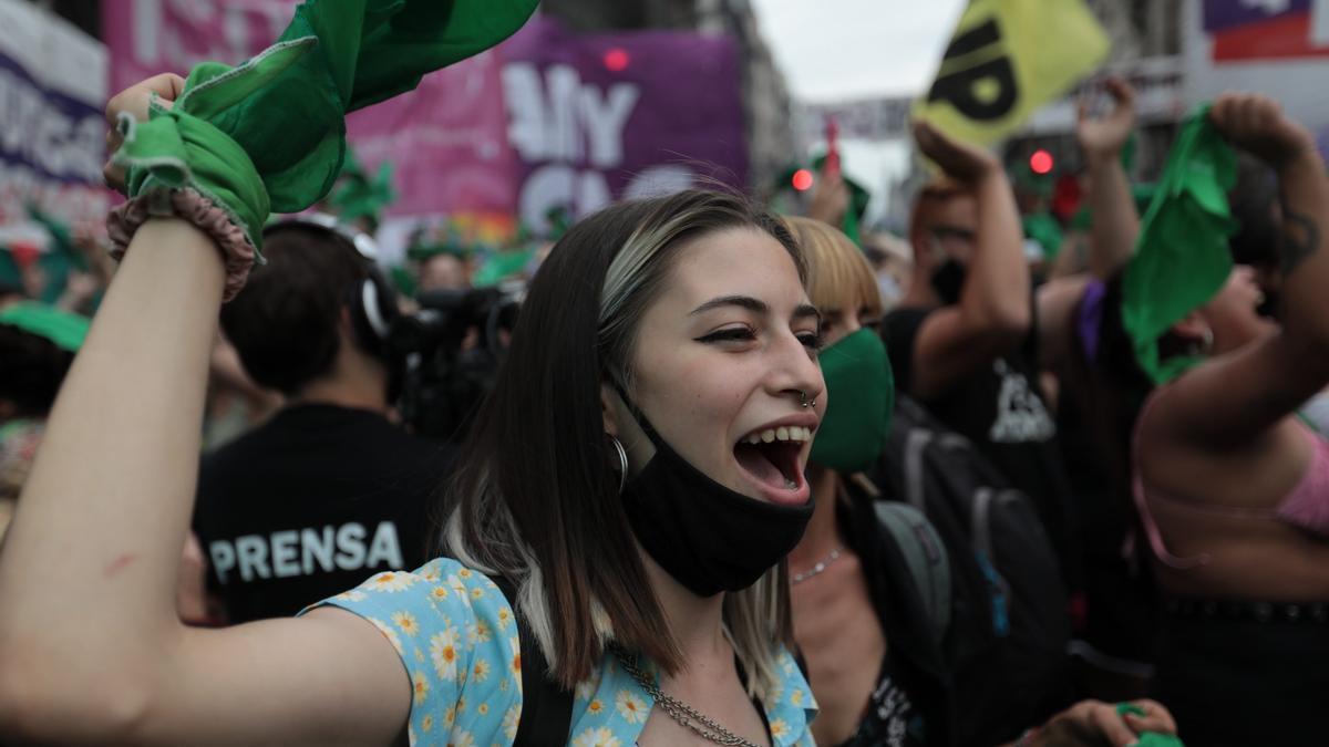 Una multitud festejó en las calles tras la media sanción de la legalización del aborto