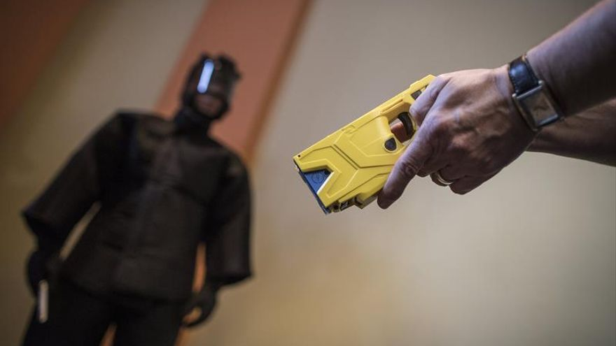 Resultado de imagen de pistolas electricas policía tenerife