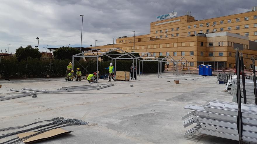 Tareas de levantamiento del hospital de campaña en Castelló