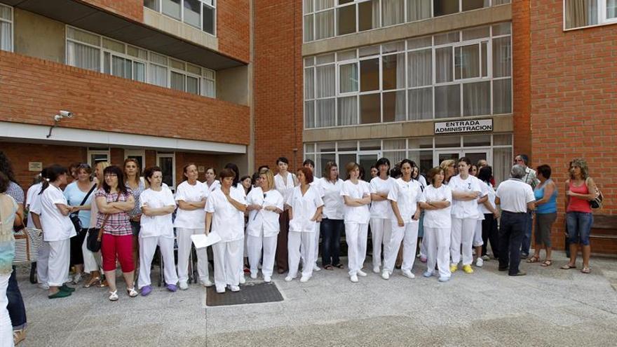 Enfermeras denuncian que tienen más de 100 ancianos a su cargo en residencias