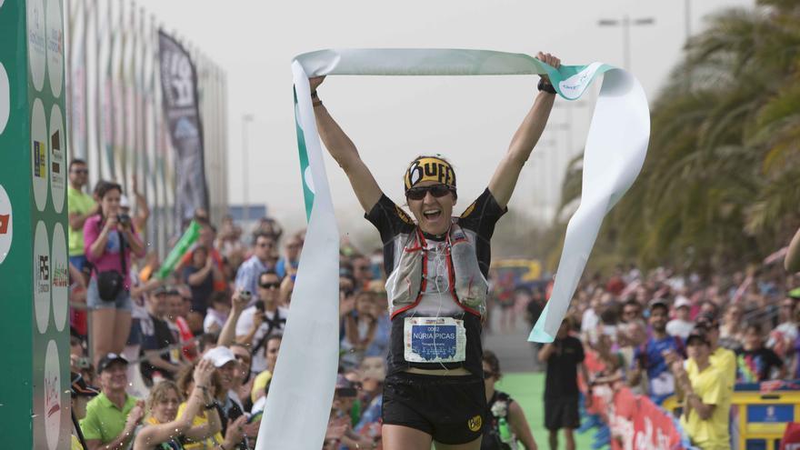 Núria Picas cruzando la meta en la prueba de 125 kilómetros (© The North Face® Transgrancanaria®).