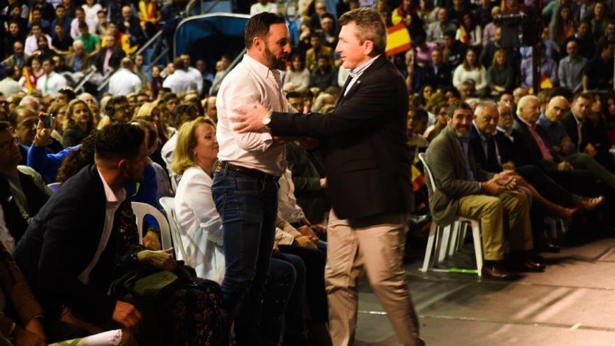 Santiago Abascal saluda a Pascual Salvador, líder de Vox en Murcia en el mitin que ofrecieron en el pabellón Príncipe de Asturias / CARLOS TRENOR