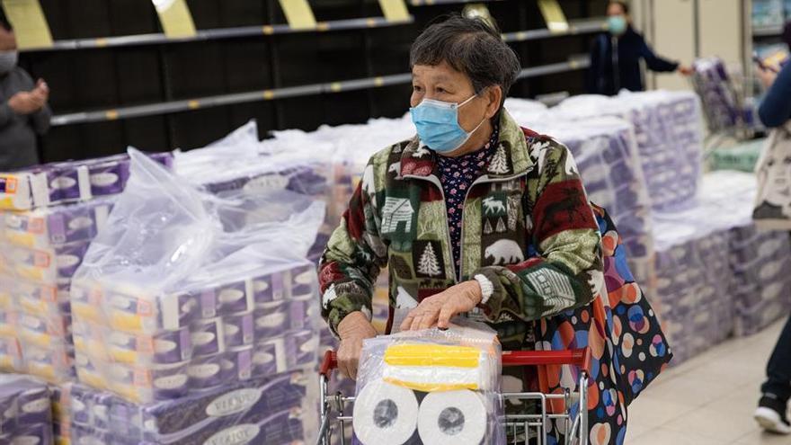Una mujer compra papel higiénico en un supermercado de Hong Kong el 7 de febrero