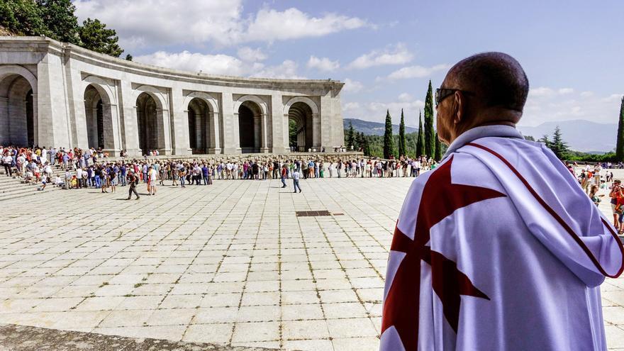 Un hombre ataviado con una capa blanca y la cruz roja de los caballeros del Temple en una concentración en el Valle de los Caídos