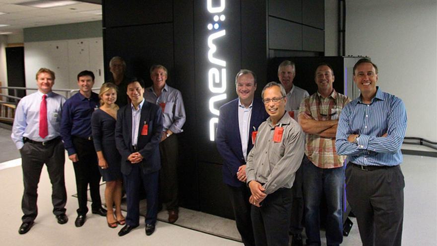 El equipo de D-Wave Systems con un prototipo de ordenador cuántico