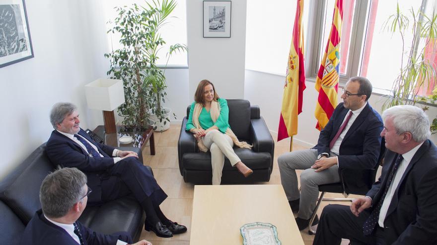 La consejera de Educación, Mayte Pérez, en una reunión con el ministro del ramo.