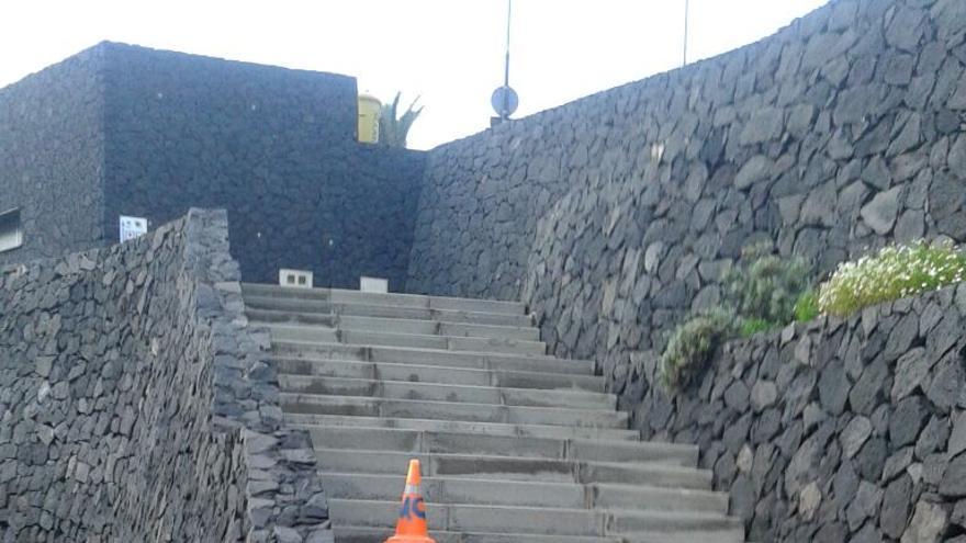 En la imagen, muro de acceso a Punta de la Arena, en Los Cancajos, roto por el oleaje.
