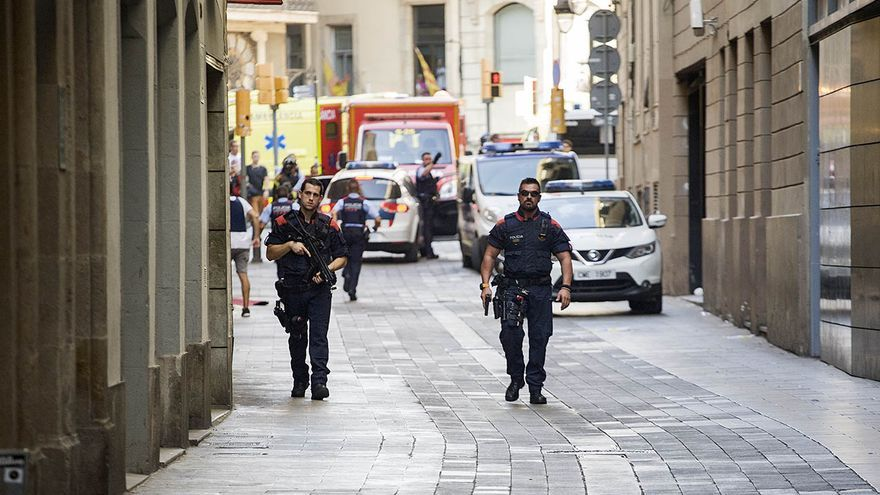 Dispositivo de los mossos para buscar al autor del atropello en el centro de Barcelona.