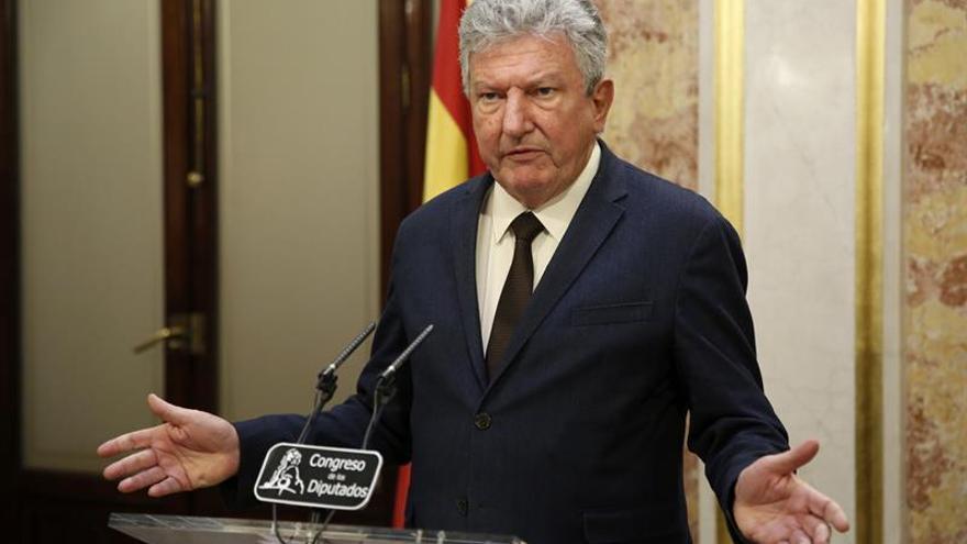 El diputado de Nueva Canarias, Pedro Quevedo, durante la rueda de prensa que ofreció hoy en el Congreso.