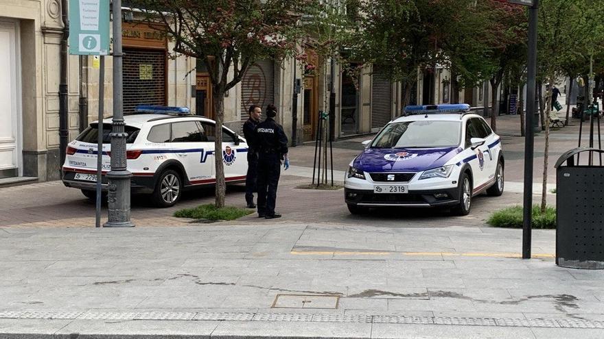 Dos patrullas de la Ertzaintza, esta semana en el centro de Vitoria