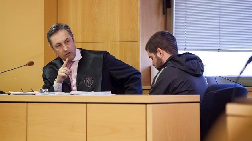 Imagen de la vista oral, con el acusado de asesinar al abuelo de su exnovia en Icod (derecha)